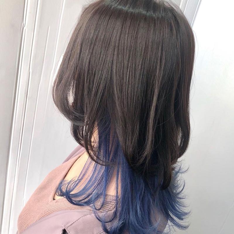 ブルーの裾カラー